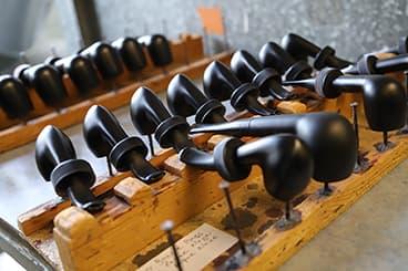 Fabrication de pipes laquées à Saint-Claude