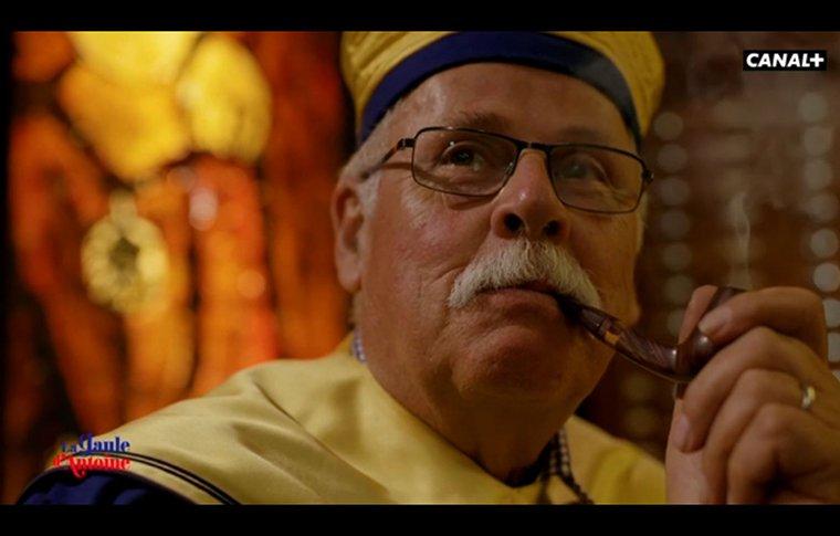 Jean Mermet fume la pipe