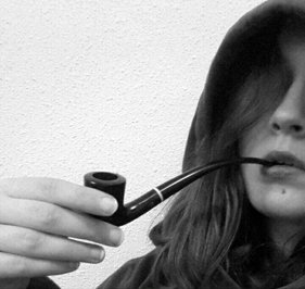 Justine fumeuse de pipes