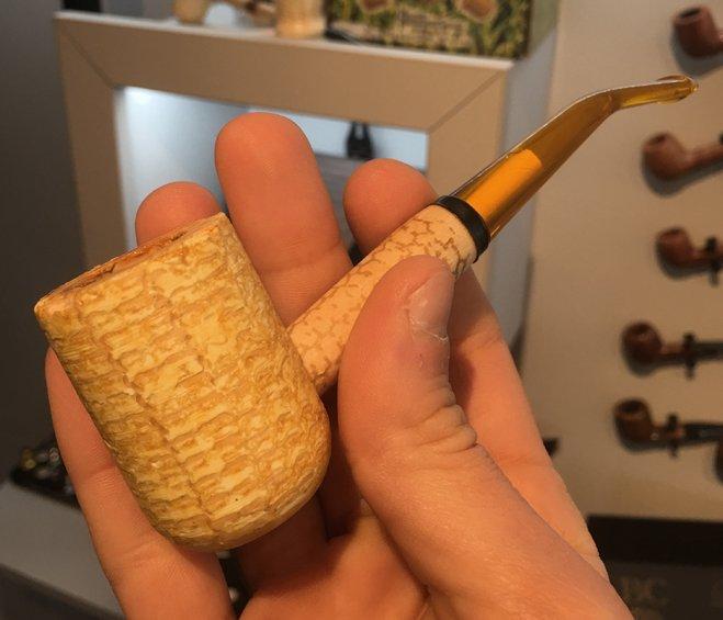 Fumer dans un épi de maïs, en voilà une idée !